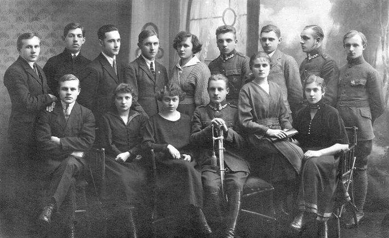 Zdjęcie z 1917 r. - Stowarzyszenie patriotyczne (nazwa nieznana). Pierwsza z prawej (siedzi) Weronika Śpiewankiewicz (1900-1993), później z męża Lizak, nauczycielka. Drugi z lewej (stoi) Gabriel Goszczyński. Fotografia z kolekcji Z. Gzik.
