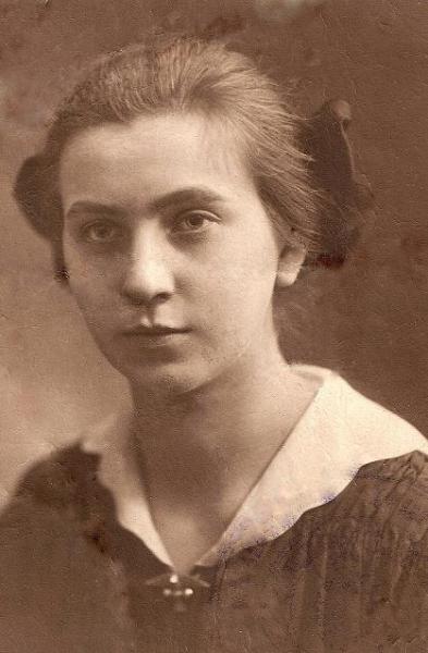 Zdjęcie z ok. 1917 r. Weronika Śpiewankiewicz (1900-1993), później z męża Lizak, nauczycielka. Fotografia z kolekcji Z. Gzik.