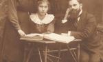 Zdjęcie z ok. 1918 r. Siedzi przy stoliku Weronika Śpiewankiewicz (1900-1993), uczennica Pensji Idzikowskiej, przy niej profesor Rawdanowicz. Pierwsza z lewej Janina Wantuchowicz. Fotografia z kolekcji Z. Gzik.