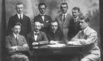 Nauczyciele z gimnazjum Stanisława Niemca. Siedzą od lewej: p. Kapusta, p. Chlebowski, ks. Kasprzak. Od lewej (stoją): Jan Lizak (1894-1935), p. Zygmuntowicz, ?, p. Kluczyński. Fotografia z kolekcji Z. Gzik.