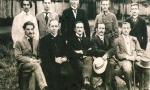 1918 r. - Nauczyciele z gimnazjum Stanisława Niemca (siedzi w środku). Pierwszy z prawej (stoi) nauczyciel muzyki Edward Dawid (1876-1919). Fotografia z kolekcji J. Kaszyńskiego.