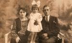 Od lewej: Jadwiga (z d. Piątek) Słota, Jadwiga Spychało - później z męża Dołżo–Gronowska, Feliks Spychało. Zdjęcie z 1929 r. Fotografia z kolekcji A. Spychało.