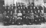 Gimnazjum Stanisława Niemca (siedzi piąty z lewej). Czwarty z lewej (siedzi) nauczyciel greki i łaciny Jan Lizak (1984-1935). Fotografia z kolekcji Z. Gzik.