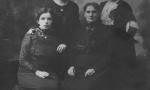 Z tyłu od lewej: Felicja (z d.Scharf) Kącka, Wacława (z d. Scharf) Spychało (1892-1976). Z przodu od lewej: Antonina (z d.Orzechowska) Konofalska, Paulina (z d. Wojciechowska) Scharf. Zdjęcie z ok. 1910 r. Fotografia z kolekcji A. Spychało.