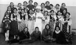 Przedstawienie szkolne. Z przodu druga z prawej Zenona Olczyk (1923-1998) później z męża Spychało. Zdjęcie z 1937 r.  Fotografia z kolekcji A. Spychało.