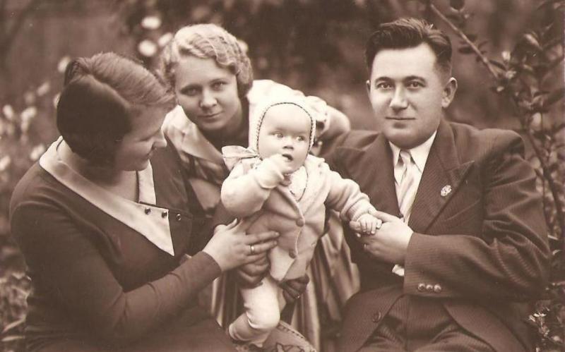 Henryk Dawid (1904-1953) z żoną Kazimierą z Szewczyków(1907-1971) (pierwsza z lewej), siostrą żony Heleną Szewczyk oraz córką Wiesławą (ur. 1933 r.).  Zdjęcie z ok. 1934 r. Fotografia z kolekcji J. Kaszyńskiego.