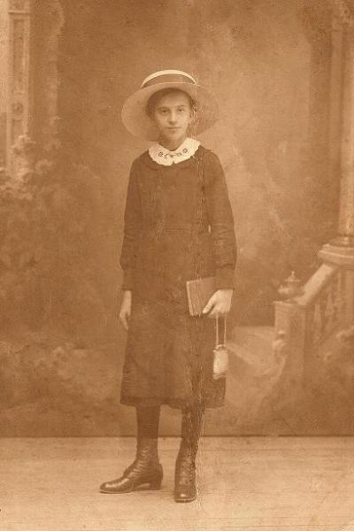Zdjęcie z ok. 1916 r. Weronika Śpiewankiewicz (1900-1993) - później z męża Lizak, nauczycielka. Fotografia z kolekcji Z. Gzik.