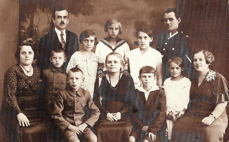 Pierwszy rząd od lewej: Ryszard Scharf, Felicja (z d. Scharf) Kącka, Jerzy Spychało (1923-2001), Jadwiga (z d. Spychało) Dołża–Gronowska, Weronika Scharf. Drugi rząd od lewej: ?, Zdzisław Scharf, Maria (z d. Spychało) Blocher, Mieczysława (z d. Kącka) Sala, Krystyna (z d. Spychało) Fencenloben, Henryk Scharf, z tyłu Roman Spychało. Zdjęcie z ok. 1935 r.  Fotografia z kolekcji A. Spychało.