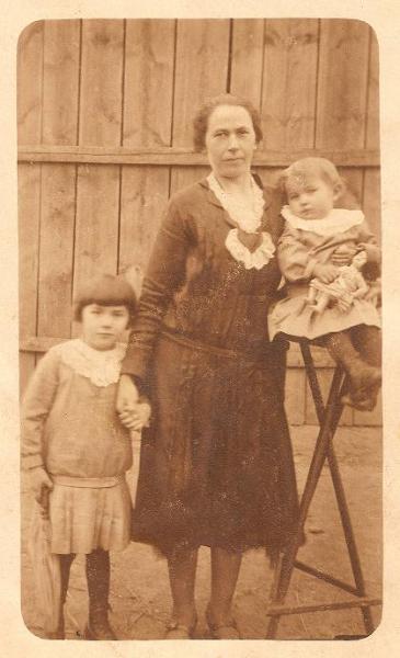 Anna (z d. Uszczyk) Kątna (1895-1976) z córkami Marią (z lewej) i Ireną.  Zdjęcie z 1930 r. Fotografia z kolekcji A. Spychało.