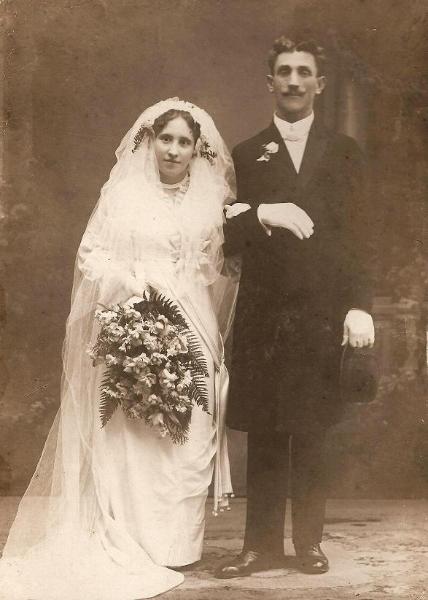 Fotografia ślubna Janiny z Molskich Półroli (18??-1956) i Feliksa Półroli (1886–1967). Zdjęcie z ok. 1910 r.  Fotografia z kolekcji A. Spychało.