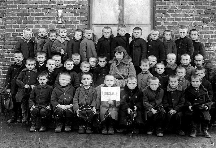 Radomszczańscy uczniowie, w środkowym rzędzie pierwszy od prawej Tadeusz Półrola (1922- 1996) - syn Feliksa i Janiny z Molskich. Zdjęcie z 1929 r.  Fotografia z kolekcji A. Spychało.