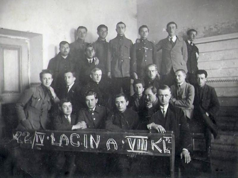 Zdjęcie z 1922 r. - radomszczańscy uczniowie. Z przodu pierwszy od prawej Jan Lizak (1894- 1935 ) - nauczyciel łaciny i greki. Fotografia z kolekcji Z. Gzik.