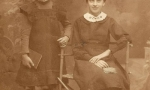 Zdjęcie z ok. 1914 r. Od lewej Apolonia Lizak, później z męża Sobczyk (1904-1987), córka Franciszka i Marianny ze Szczygłowskich, z prawej jej siostra Weronika, później z męża Lizak (1900-1993), nauczycielka. Fotografia z kolekcji Z. Gzik.