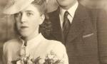 Zdjęcie ślubne Zygmunta Dawida (1910-1963) syna Edwarda Dawida i Walerii z Łęskich i Jadwigi z Kozakiewiczów (1914-2003). Zygmunt Dawid był nauczycielem muzyki w radomszczańskich szkołach, grał na skrzypcach w orkiestrze Henryka Fajta. Zdjęcie wykonane w czasie okupacji hitlerowskiej w 1943 r. Fotografia z kolekcji J. Kaszyńskiego.