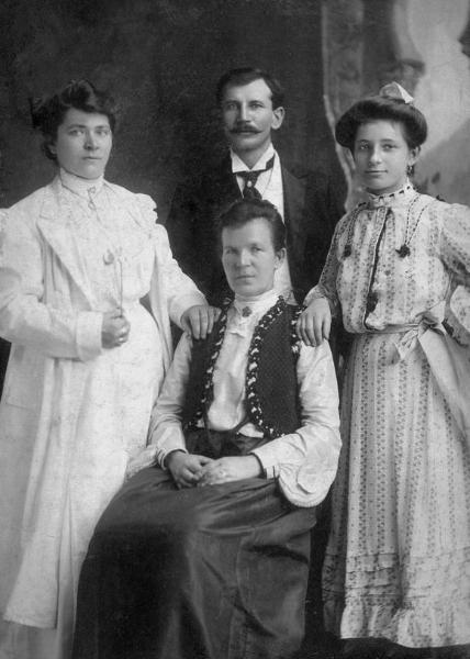 Zdjęcie wykonano ok.1910 r. w Nowym Jorku. Helena (Kucharska) Łęska ur. w 1851 r. w Radomsku (zm. w 1935 r. w Nowym Jorku), ok.1908 r. wyemigrowała (wraz z najmłodszą córką Anną) do Stanów Zjednoczonych Ameryki, gdzie przebywali już jej trzej synowie. Byli oni zamieszani w wydarzenia 1905 r. Chroniąc się przed represjami ze strony władz carskich uciekli z Polski. Fotografia z kolekcji J. Kaszyńskiego.