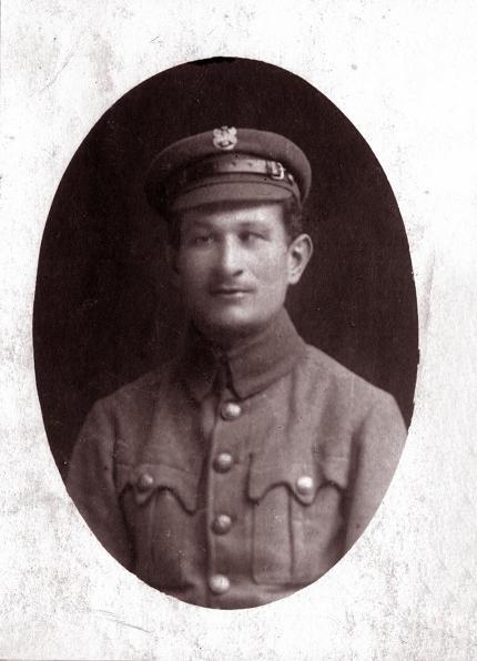 Ignacy Dawid (1883-1968) syn Piotra Dawida i Teofili z Kowalskich, pracował jako zawodowy skrzypek w różnych orkiestrach. Mundur, w którym jest na zdjęciu sugeruje, że był legionistą. Zdjęcie z ok. 1916 r. Fotografia z kolekcji J. Kaszyńskiego.
