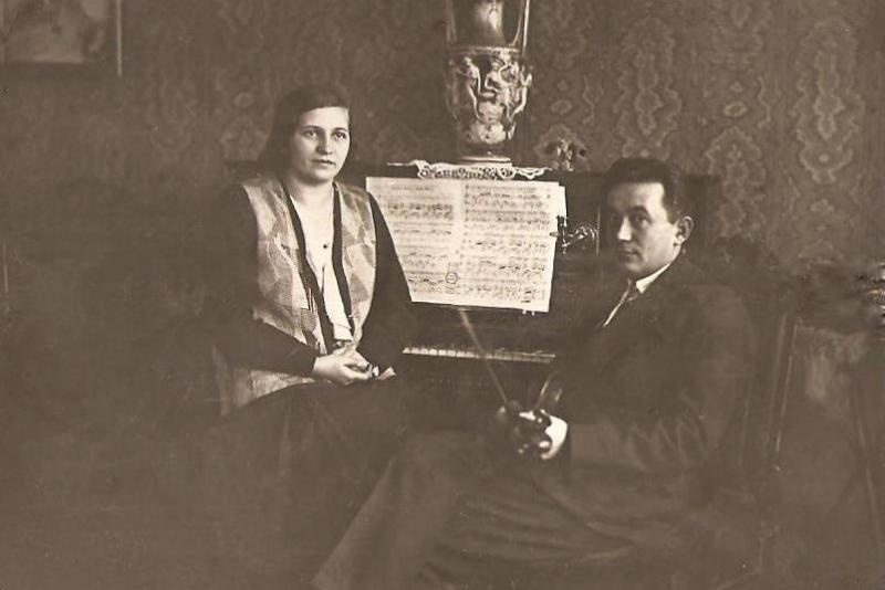 Henryk Dawid (1904-1953) z żoną Kazimierą z Szewczyków (1907-1971). Henryk Dawid (syn Edwarda i Walerii z Łęskich) był wieloletnim dyrygentem i prezesem Towarzystwa Śpiewaczego im.Stanisława Moniuszki. Zdjęcie z ok. 1934 r. Fotografia z kolekcji J. Kaszyńskiego.