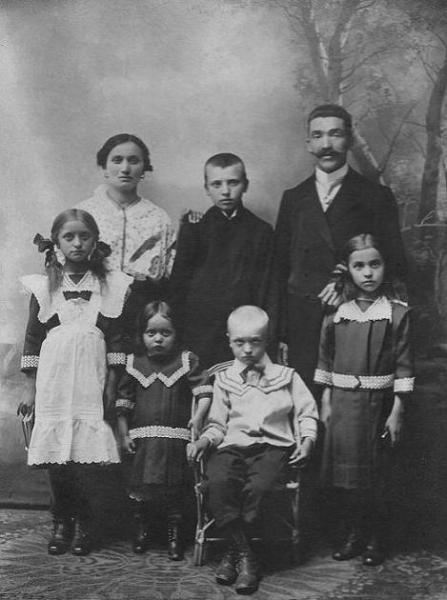 1914 r. - Stanisława (z d. Dawid) Kozakiewicz (1880-1928) z mężem Stanisławem Kozakiewiczem (1874-1939) i dziećmi. Między rodzicami stoi syn Bolesław, z przodu od lewej: Celina, Wanda, Marian i Aniela. Fotografia z kolekcji J. Kaszyńskiego.