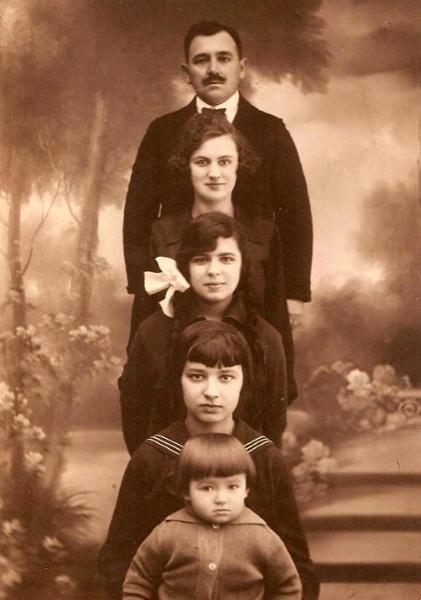 Jan Herszkiewicz (1884-1961) z żoną i córkami. Od góry do dołu: Jan Herszkiewicz, Julia (z d. Austro) Herszkiewicz, Halina - póżniej z męża Niemiro, Janina - później z męża Babicka, Zofia - później z męża Pruska. Zdjęcie z ok. 1924 r. Fotografia z kolekcji S. Sankowskiego.