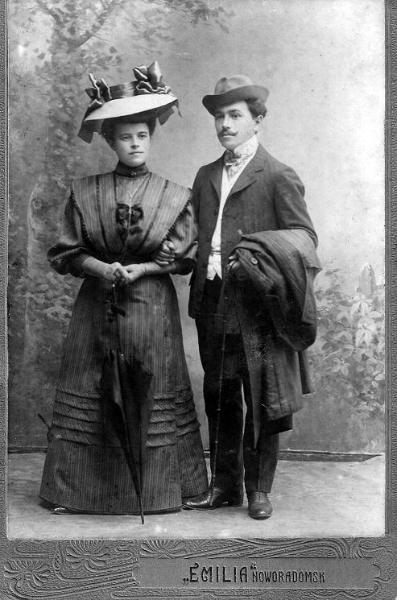 Jan Herszkiewicz (1884-1961) i jego pierwsza żona Maria z Warneckich (1888-1920). Rodzice Ireny ( z d. Herszkiewicz) Sankowskiej(1912-1997) i Barbary ( z d. Herszkiewicz) Fajt (1911-1956).  Zdjęcie z ok. 1916 r. Fotografia z kolekcji S. Sankowskiego.