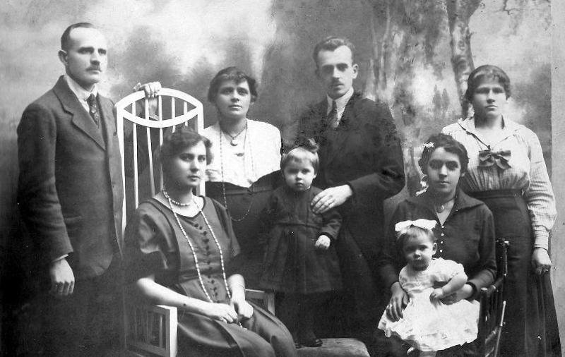 Z przodu od lewej: Janina Wilanowska, Krystyna Spychało,Maria Spychało, Wacława (z d. Scharf) Spychało, z tyłu od lewej: ?, Felicja Kącka, Roman Kącki, ?. Zdjęcie z ok. 1922 r.  Fotografia z kolekcji A. Spychało.