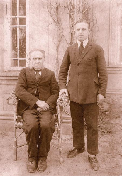 Zygmunt Spychało z ojcem Wojciechem. Zdjęcie z 1928 r.  Fotografia z kolekcji A. Spychało.